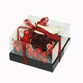 Hộp quà nến và vòng trang trí màu đỏ,